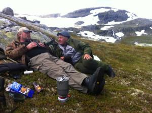 Johannes og Helleik slappar av og ventar på dyra